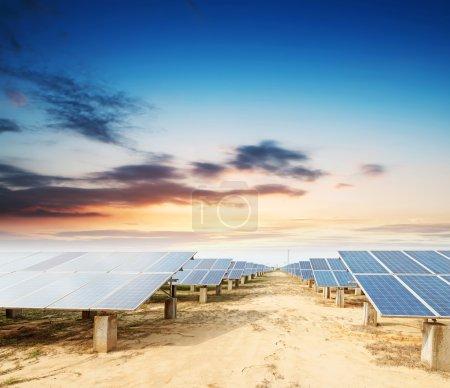 Photo pour Panneaux photovoltaïques - panneaux solaires pour produire propre, l'énergie durable et renouvelable - source d'électricité alternative - image libre de droit
