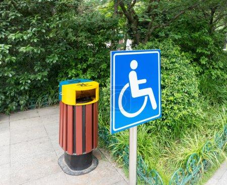 Photo pour Parc routier, accès et logo pour handicapés - image libre de droit