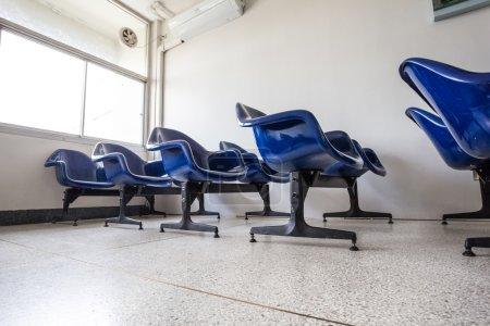 Photo pour Dans la salle d'attente y a-t-il beaucoup de chaises - image libre de droit