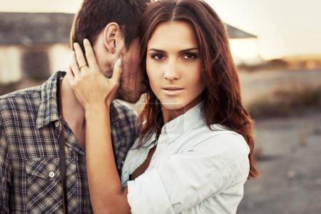 Photo pour Gros plan portrait de mode en plein air de jeune belle femme brune avec bel homme amoureux. Un regard profond . - image libre de droit