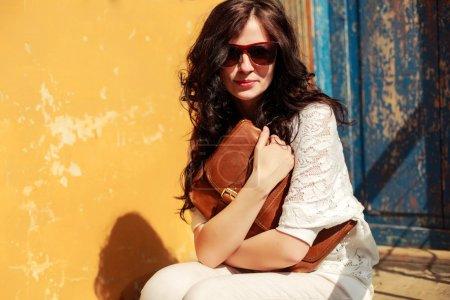 Photo pour Gros plan mode portrait sensuel de la belle femme brune pose en plein air au printemps - image libre de droit