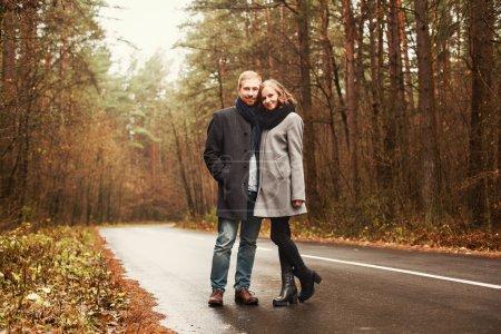 Photo pour Portrait d'automne extérieur de jeune couple de mode amoureux souriant se sentant heureux - image libre de droit