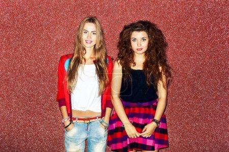 Photo pour Jolies filles drôles s'amuser après la soirée sur le fond de la rue en ville, style swag - image libre de droit