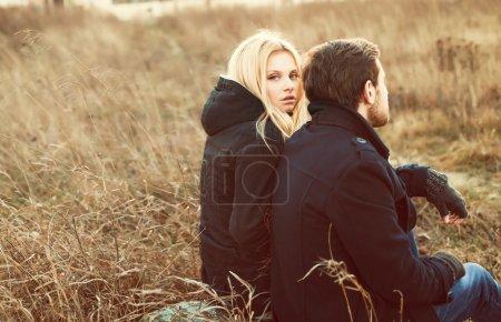 Photo pour Portrait en gros plan extérieur de jeunes jolis couples de mode. Souriant femme blonde heureuse avec son beau petit ami posant par temps froid - image libre de droit