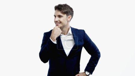 Hombre de negocios sonriente mirando hacia otro lado aislado en blanco