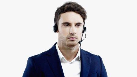 Foto de Joven hombre de negocios con traje y auriculares de pie aislado en blanco - Imagen libre de derechos