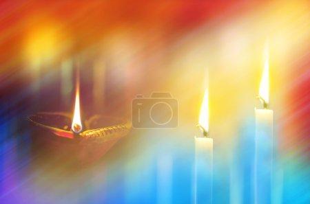 Foto de Lámparas de tierra en la oscuridad con luz bokeh en el fondo - Imagen libre de derechos