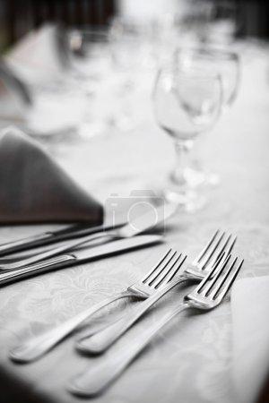 Photo pour Tourné avec des fourchettes sur une table dans un restaurant. - image libre de droit