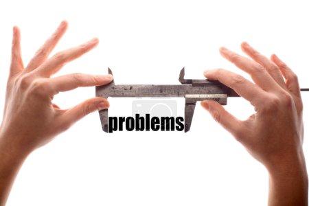 """Photo pour Couleur de tir horizontal des deux mains tenant un pied à coulisse et mesurer le mot « problèmes"""". - image libre de droit"""