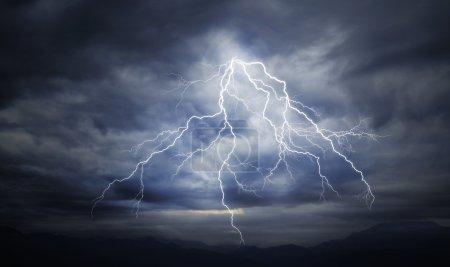 Foto de Huelga de relámpago en el cielo nublado - Imagen libre de derechos