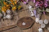 Homeopátiás, üveg és a tabletták