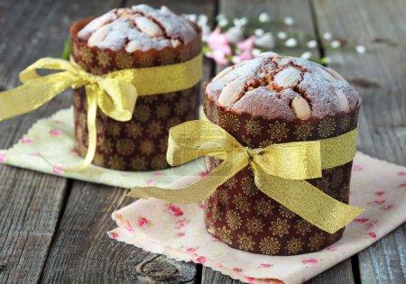 Photo pour Gâteau de Pâques traditionnel avec oeufs de caille sur la table en bois dans un style rustique, accent sélectif sur le gâteau - image libre de droit