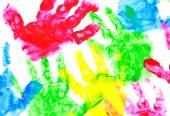 Pestře malované ruka tiskne na bílém pozadí