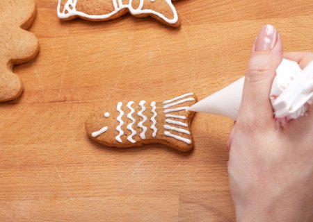 Lebkuchen (Fisch) mit weißer Glasur dekorieren, selektiv