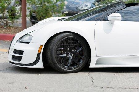 Автомобиль Bugatti Veyron на дисплей
