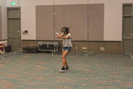 Photo pour Los Angeles, CA - États-Unis - 29 août 2015 : Une femme essaie le casque de lunettes virtuelles lors de VRLA Expo, exposition de réalité virtuelle, événement au Los Angeles Convention Center à Los Angeles . - image libre de droit