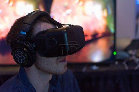 Photo pour Los Angeles, CA - États-Unis - 29 août 2015 : Guy essaie le casque de lunettes virtuelles lors de VRLA Expo, exposition de réalité virtuelle, événement au Los Angeles Convention Center à Los Angeles . - image libre de droit