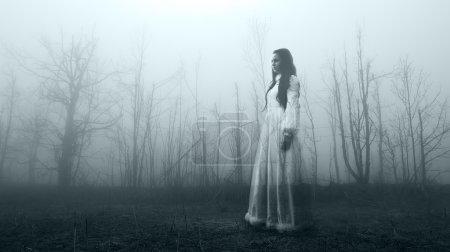 Horror-Frau im nebligen Wald