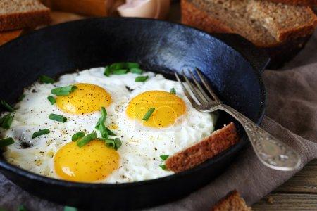 Photo pour Chaud les œufs frits dans une poêle, gros plan - image libre de droit