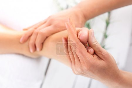 Photo pour Pied de femme massage masseuse. - image libre de droit