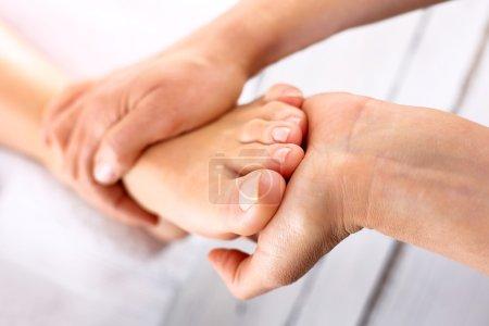 Photo pour Femme dans un salon de beauté pour massage des pieds et pédicure. - image libre de droit