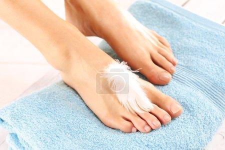 Photo pour Beaux pieds d'une femme lors de traitements. - image libre de droit