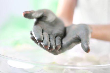 El cuidado diario de las manos: alisando las manos secas y ásperas