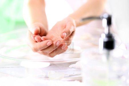 Photo pour Une femme se lave les mains - image libre de droit