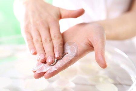 Photo pour La femme impose à la main gommage cosmétique - image libre de droit