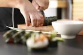 Mistr sushi připravuje futomaki