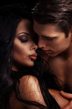 Photo pour Portrait émotionnelle du couple attrayant. Bel homme et femme sexy posant ensemble. - image libre de droit