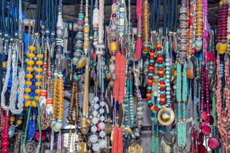 Photo pour Guirlandes de perles tantriques de différentes couleurs - image libre de droit