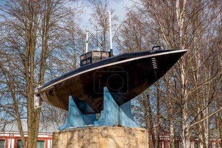Photo pour Gatchina. Monument du premier sous-marin russe. Le sous-marin a été construit en 1879 et testé en 1881 à Silver Lake devant le palais de Gatchina en présence de l'empereur Alexandre III. . - image libre de droit