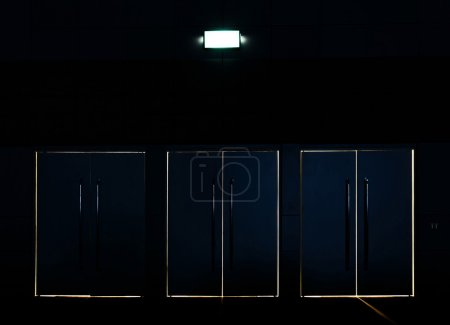 Photo pour Light coming through the space between the closed door and jamb - image libre de droit