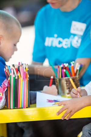 Photo pour Mariupol, Ukraine - 11 septembre 2015 : Mission de l'Unicef pour aider les familles des réfugiés et des enfants - image libre de droit