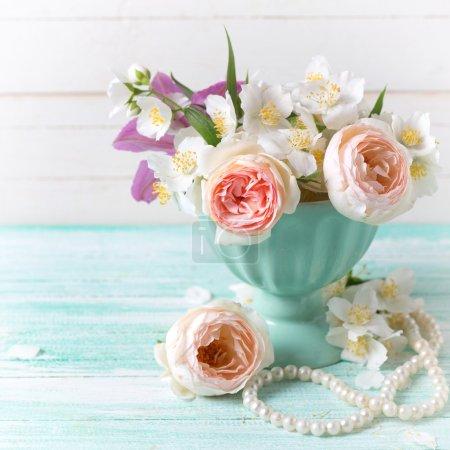 Розы и жасминовые цветы