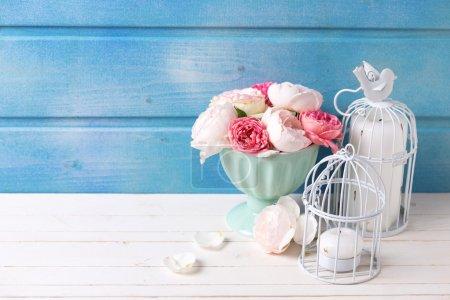 Розы в вазе и свечах