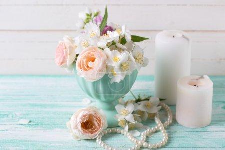 Розы, жасминовые цветы и свечи