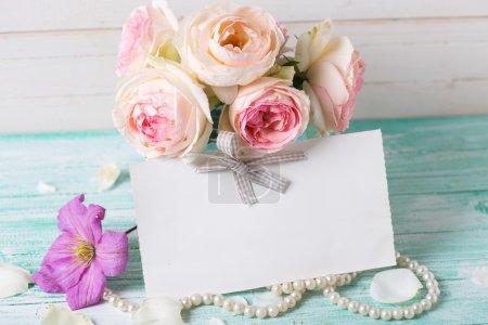 Цветы в вазе и пустой бирке