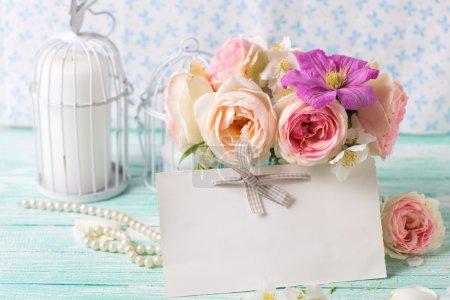 Розы и клематис цветы в вазе
