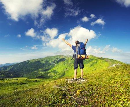 Photo pour Tourisme dans la vallée de montagne. Sport et le concept de vie active - image libre de droit