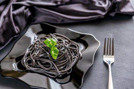 Photo pour Pâtes avec germe de blé et encre de seiche noire - image libre de droit