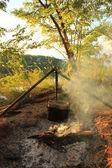 Kochen Essen in Melone auf dem Feuer. Sommer-Zeit