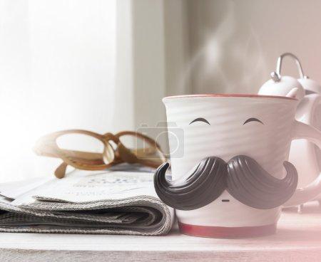 Photo pour Coupe avec moustache sur une table en bois pour concept de jour de pères - image libre de droit
