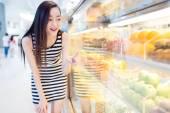 Čínská dívka a čerstvé ovoce