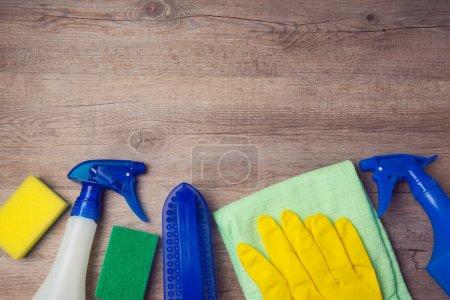 Photo pour Concept de nettoyage avec fournitures sur fond en bois. Vue d'en haut - image libre de droit