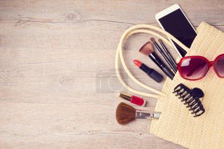 Photo pour Sac femme avec maquillage et objets de mode. Vue d'en haut - image libre de droit