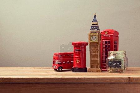 Photo pour Voyage au concept de la Grande-Bretagne avec souvenirs et argent boîte jar. Planification des vacances d'été, concept de voyage budget argent. - image libre de droit