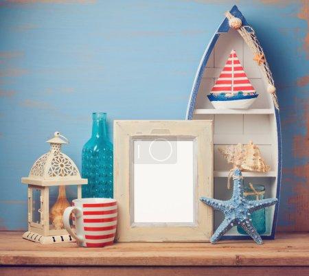 Photo pour Image postérisée maquette modèle avec décor à la maison l'été sur la table en bois - image libre de droit