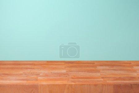 Foto de Cocina de madera sobre fondo de pared de menta para la exhibición de montaje de producto vacío - Imagen libre de derechos
